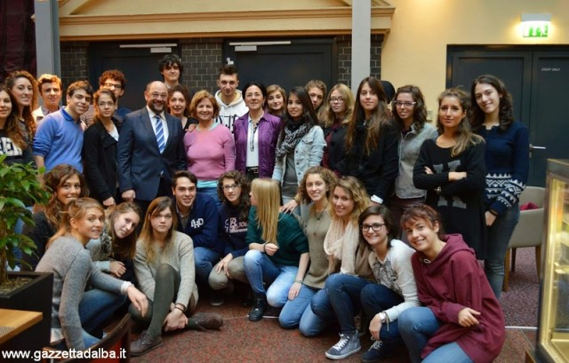 Il gruppo dei partecipanti al viaggio con il presidente del Parlamento Europeo Martin Schulz; Evelina è la prima in piedi da destra