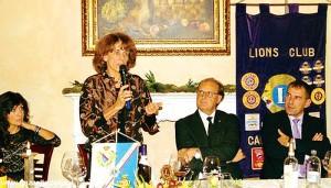 Paola Caccia è stata ospite del Lions Roero a Canale, nei giorni scorsi.  Alla sua sinistra, il presidente Gianni Marocco