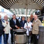 Alba: Mercato di piazza San Paolo, mercoledì 17 caldo benvenuto a base di panettone e vin brulé