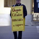 Protesta: cittadino indossa un cartellone e chiede trasparenza