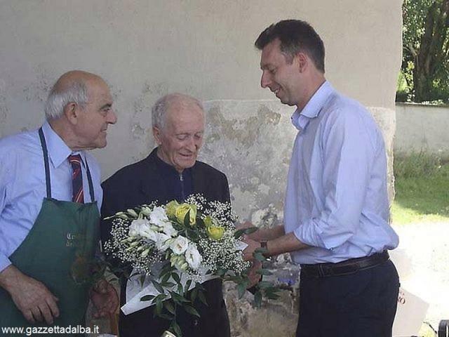 Al centro, don Pietro Pellerino, quando compì 90 anni nel 2011.