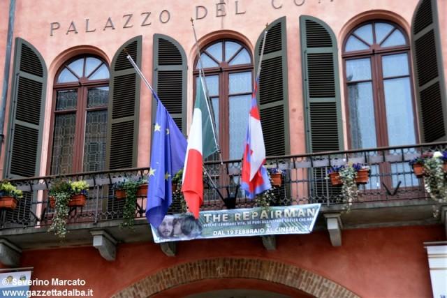 municipio-comune-alba-bandiere-lutto-michele-ferrero