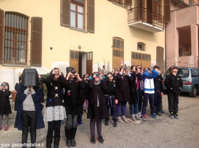 """La scuola primaria di Castellinaldo ha assistito, venerdì scorso, all'eclissi solare. I bimbi l'hanno definita """"spaziale"""""""