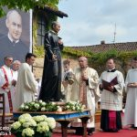 I devoti pregano il Beato Luigi Bordino