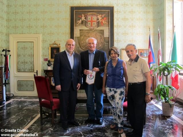 Il sindaco di Alba Marello accoglie nel suo studio la delegazione del Comune siciliano di Marianopoli.