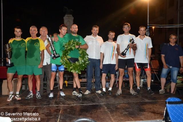 Il podio del Gran premio del pesco. Da sinistra: Mombirone, Borgo Fiorito, il sindaco Enrico Faccenda e il Borgo diSan MIchele
