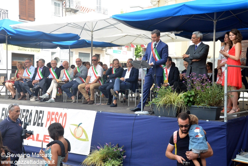 Il sindaco di Canale Enrico Faccenda all'inaugurazione dlla Fiera del pesco, il 26 luglio