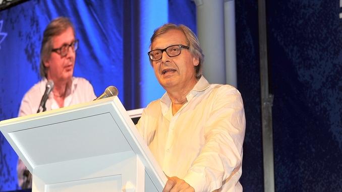 Vittorio Sgarbi in teatro ad Alba con lo spettacolo Caravaggio
