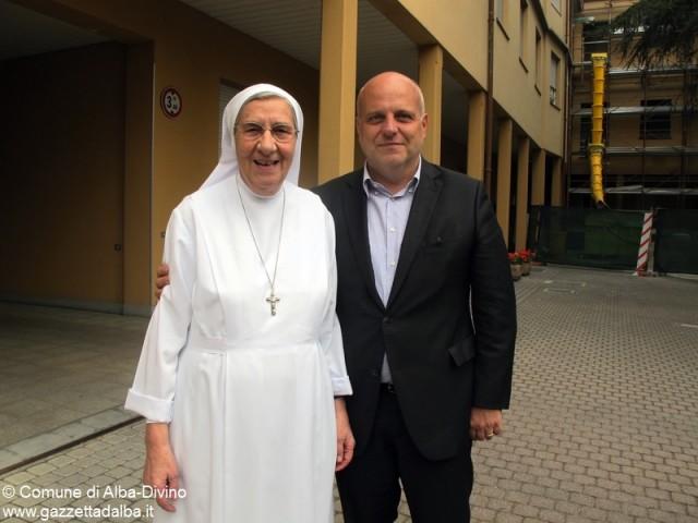 Suor Giulia Senes con il sindaco Maurizio Marello.