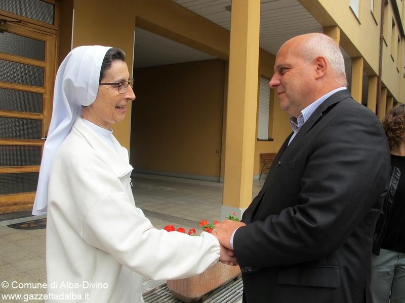 Suor Nadia Cottolengo  con sindaco Marello