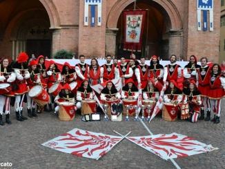 Sbandieratori Città di Alba alla consegna della trifola a Francesco
