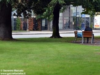 Alba, degrado in via Roma e nel giardino che ricorda le vittime dei campi di sterminio