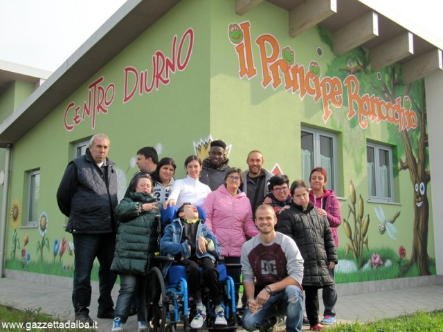Gianluca Palladino, in ginocchio a  destra, insieme agli ospiti e agli educatori del centro diurno.
