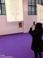 Un'insegnante fotografa uno dei pannelli.