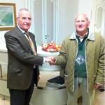 Pietro Bongiovanni regala melograni, simbolo del credito operativo, alla Banca d'Alba