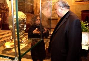 Don Lorenzo Costamagna e Silvia Gallarato dell'Ufficio beni culturali della Diocesi con il reliquario. I lavopri sono stati coordinati da Mauro Rabino.