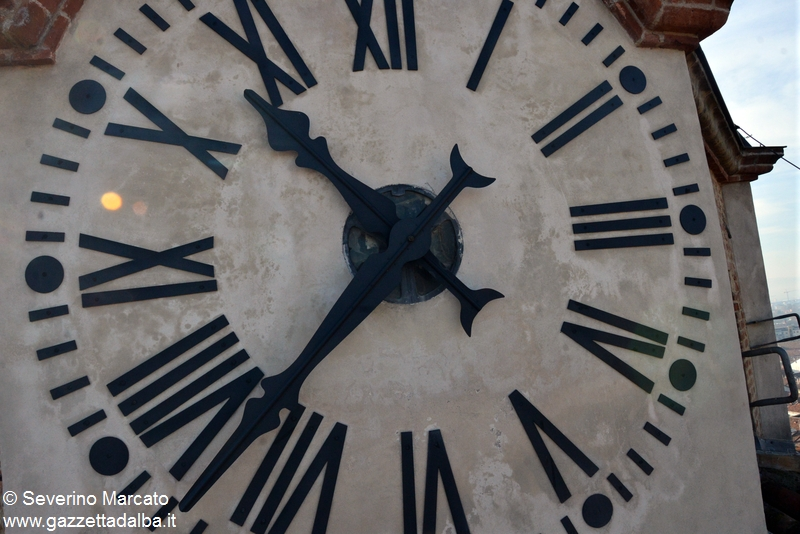 Orologio campanile duomo alba