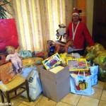 A Narzole Babbo Natale distribuisce giocattoli