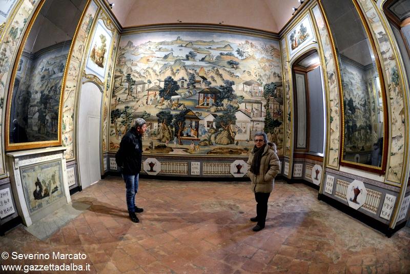 Il sindaco Giampiero Novara e Ornella Ponchione, presidente dell'associazione Govone e il castello