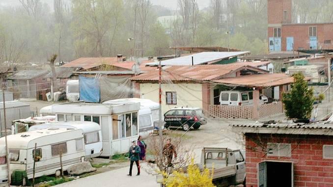 Controlli dei Carabinieri nel campo nomadi di Alba. Trovati numerosi chiché per realizzare targhe false