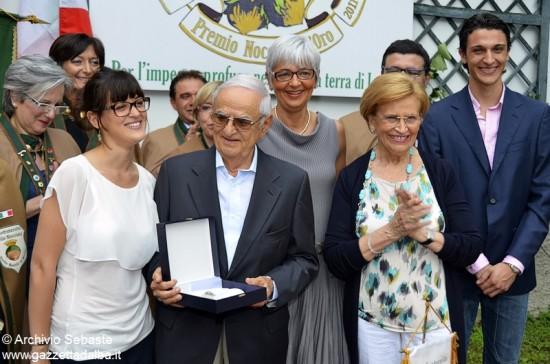 e_Dario Sebaste riceve il premio nocciola d'oro Cortemilia giugno 2011