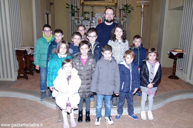 i bambini premiati con don Emiliano