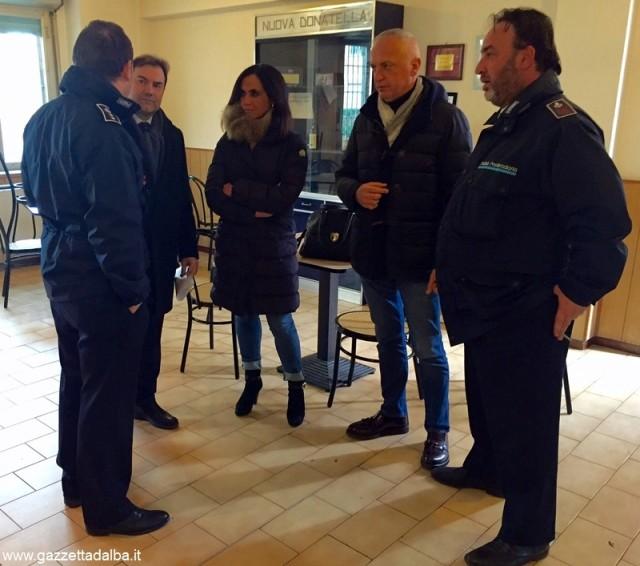 Gianna Gancia, Giorgio Bergesio e Federico Gregorio con alcuni agenti della Polizia Penitenziaria del carcere di Alba.