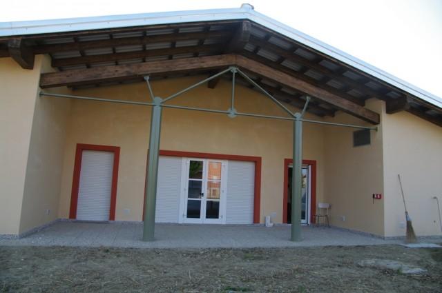 L'esterno del nuovo asilo di Magliano Alfieri, in località Campi Sappa. La struttura, secondo il sindaco Luigi Carosso, ha spinto molte giovani coppie a stabilirsi in paese