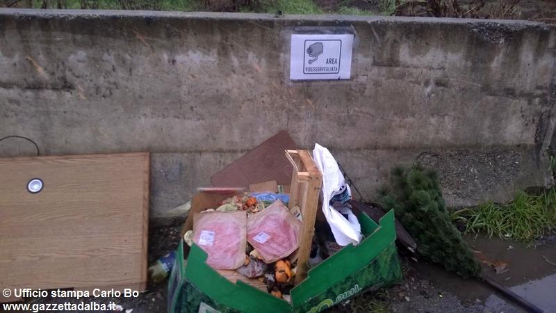 rifiuti-abbandonati-ecocentro-alba-gennaio2016 (2)