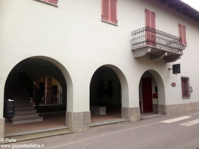 La biblioteca di Piobesi; nei locali al primo piano si riunisce periodicamente la comunità senegalese