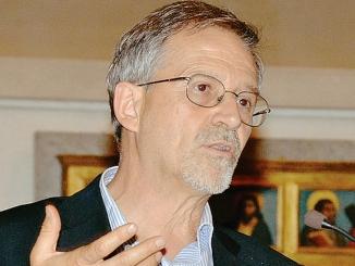 Don Piero Racca spiega la filosofia del Novecento in via Maestra 30