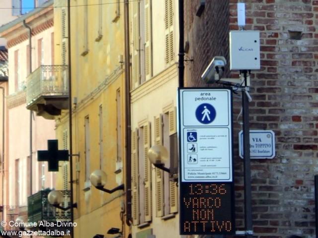 Il varco di via Cavour. Un pannello luminoso indica se il controllo elettronico è attivo  o no.