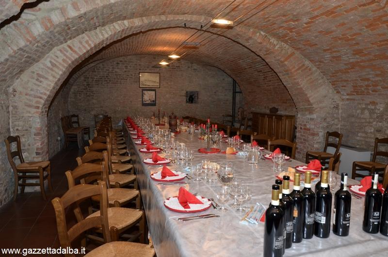 Tutto pronto per la cena nel sotterraneo della Famija albèisa.