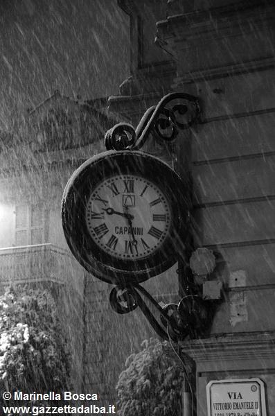 orologio-piazza-ferrero-alba-sotto-neve