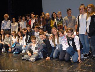 I ragazzi della scuola media Pertini con Antonio Buccolo, Nicola Conti e Angela Palumbo.