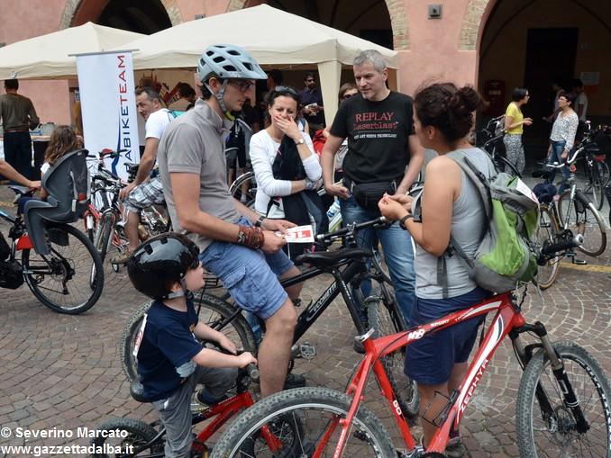 Alba in bici: la fotogallery 1