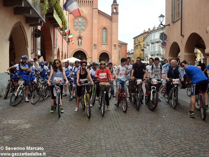 Alba in bici: la fotogallery 11