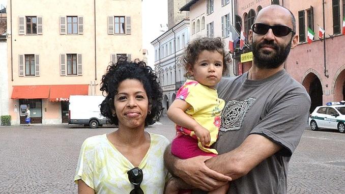 La famiglia che sta visitando l'Italia visitata con i mezzi pubblici