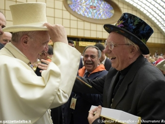 Il mago Sales dona una bacchetta magica al Papa