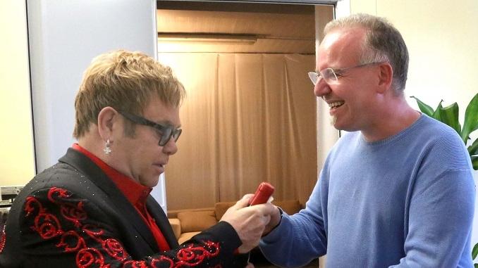 """Elton John e il Barolo. Due """"leggende"""" si incontrano a Collisioni"""