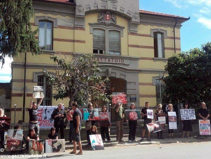 Bra: protesta degli animalisti di fronte al mattatoio 1