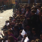 I piccoli dianesi assistono al passaggio della Gran Piemonte