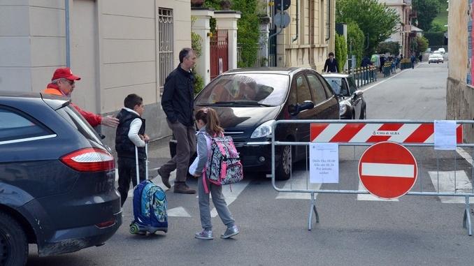 Via Liberazione a senso unico durante l'entrata della scuola