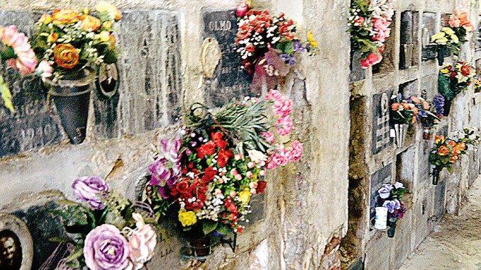 Grave degrado nella parte vecchia del cimitero
