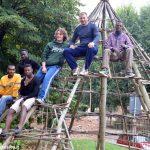 Profughi al lavoro per ricostruire una capanna paleolitica nel giardino archelogico