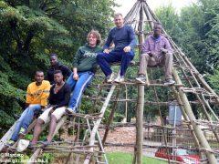 Profughi al lavoro per ricostruire una capanna paleolitica nel giardino archelogico 1