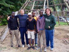 Profughi al lavoro per ricostruire una capanna paleolitica nel giardino archelogico 2