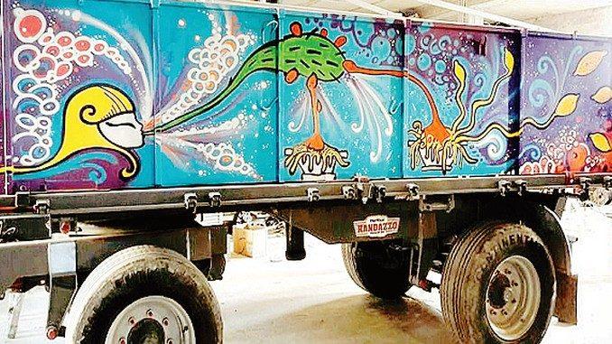 Il carro agricolo dipinto  non piace a tutti
