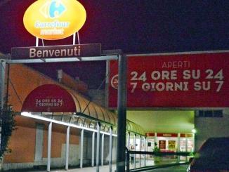 Carrefour di corso Piave sempre aperto: gli abitanti protestano