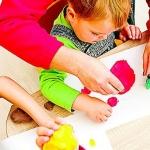 Bambini e genitori giocano assieme al Centro don Mario Destefanis